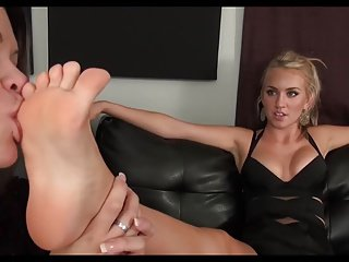 Bonny Blonde gets her veritable paws worshipped