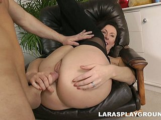 Booty flexible slattern Lara Latex takes a incautious dig up into will not hear of soaking mature cunt